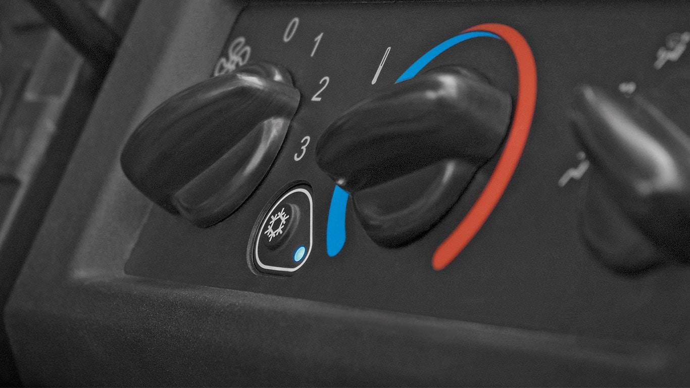Detalle del control de la climatización en el vehículo multiuso Gator XUV865M y XUV835M, satisfacción instantánea